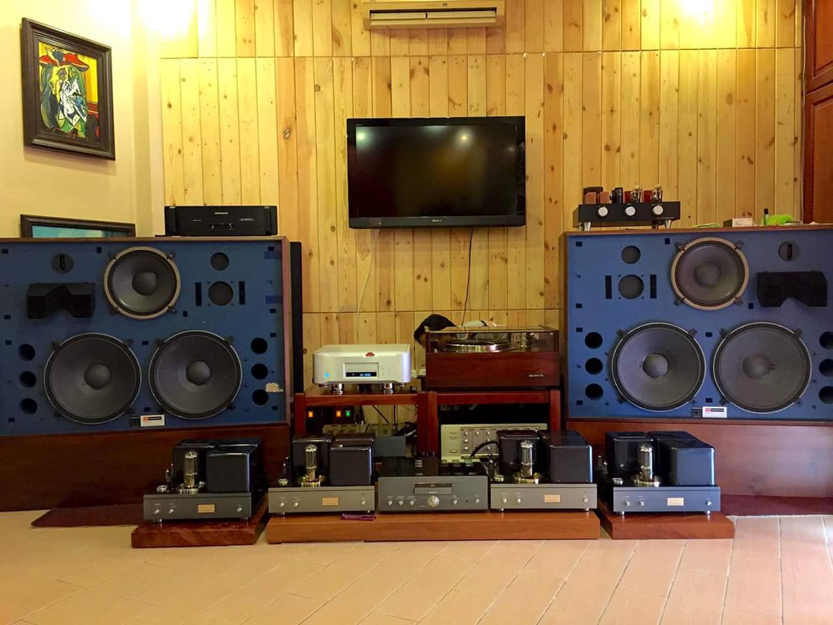 #JBL 4350 Studio #Monitors driven by a full #AirTight vacuum tube electronic setup with an #Esoteric digital front end and a #vintage #Pioneer Exclusive P3 #turntable as analog source...<br>http://pic.twitter.com/RsYcZXFEm9