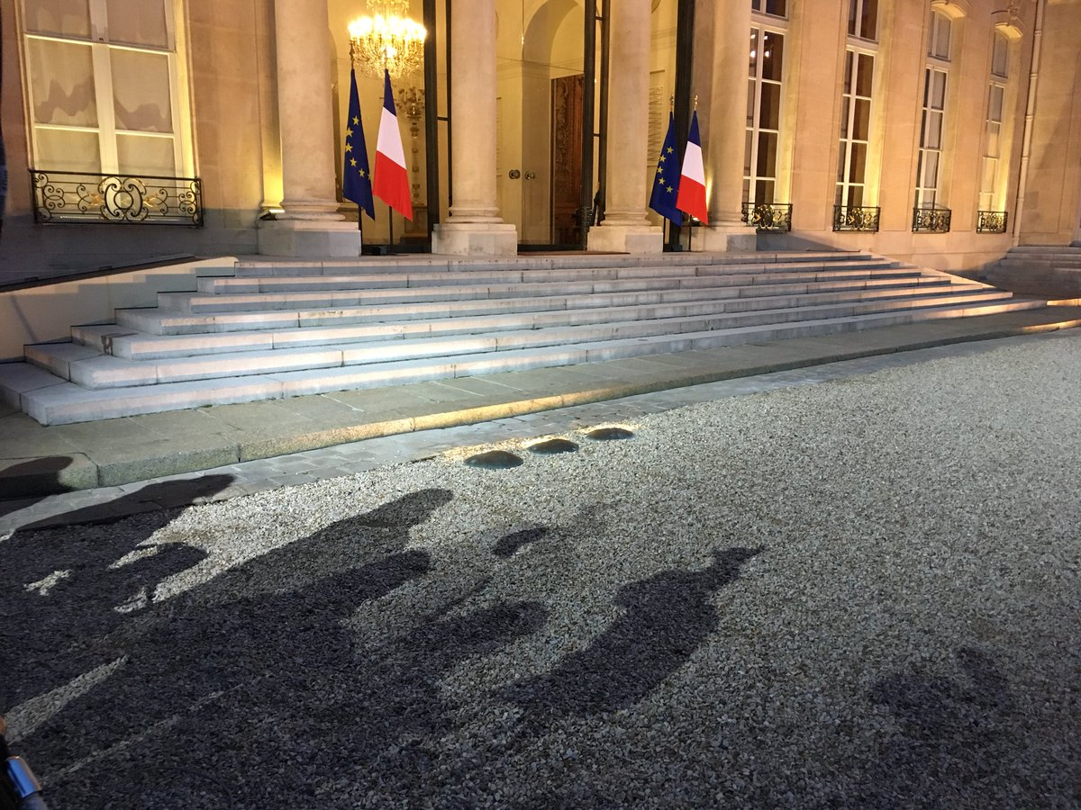 #instantané la presse attend la fin des consultations politiques du Président #Macron et l'annonce du #Remaniement à #Elysee #Politique