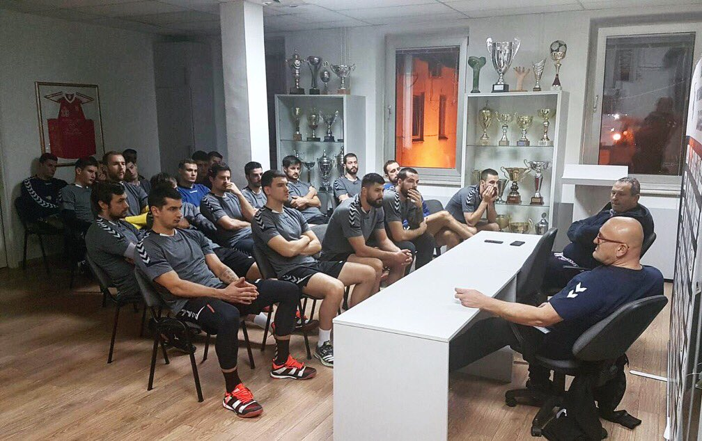 New coach Zlatko #Saracevic has just held an important meeting with his team 🎤 #rkzagreb #Lions #iznadsvihZagreb https://t.co/shoBu9kA8f