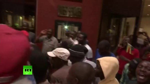 Scènes de liesse au Zimbabwe après l'annonce de la démission de Robert Mugabe https://t.co/EW98G1Us6K