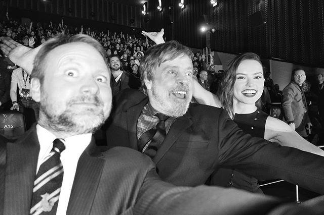 RT @lacosacine: #LosUltimosJedi y su director. Falta MUY poco para una nueva #StarWars. https://t.co/5OJRT975xT