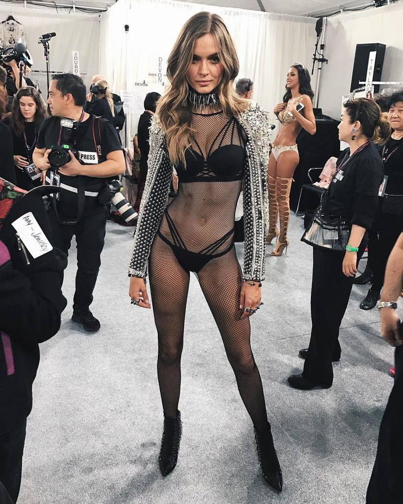 i don't think an outfit has ever been more me! 🖤💀🖤 #vsfashionshow https://t.co/72yU0wPvdA