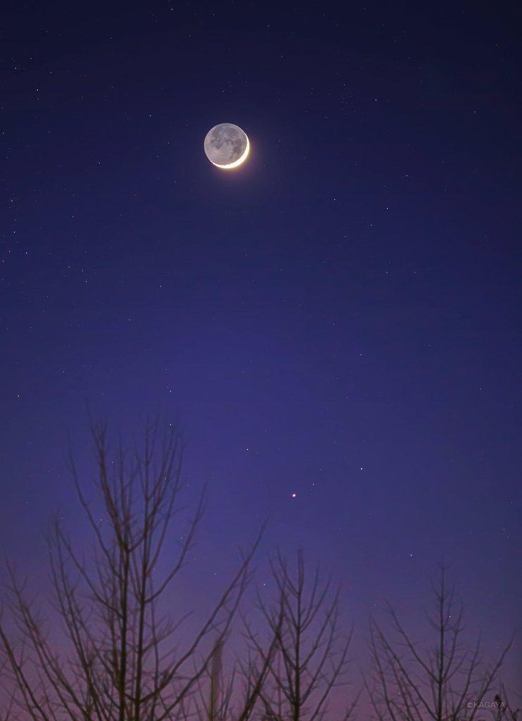 本日夕暮れの西空に見えた細い月です。 月の右下に見えた星は土星です。(埼玉県にて撮影) 今日もお疲れさまでした。明日もおだやかな一日になりますように。