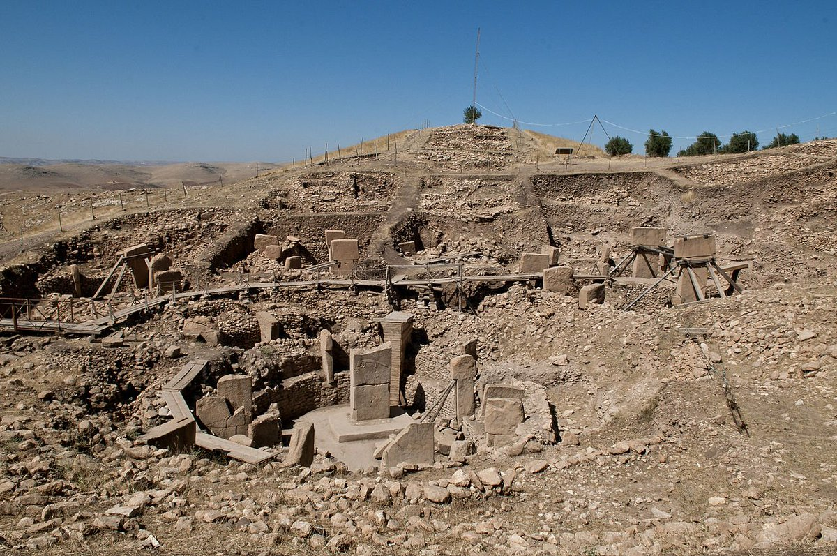 Massive stone pillars at Göbekli Tepe, in southeast #Turkey, erected for ritual use by early Neolithic people 11,000 years ago. #History<br>http://pic.twitter.com/eARaXCs32F