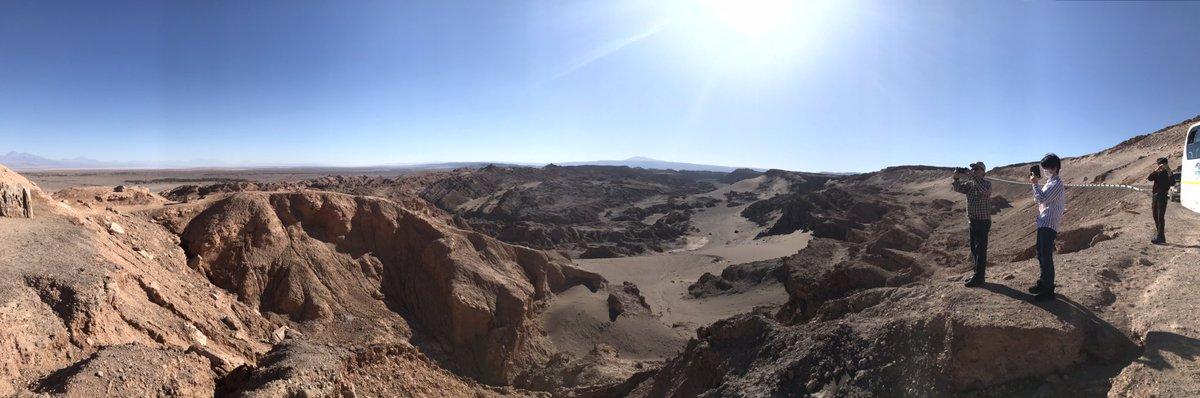 アルマへの旅、盛りだくさん過ぎてなかなかツイートする余裕がないのですが追って。今日21日はアルマのお膝元、サンペドロデ アタカマにやって来ました。写真は直前に立ち寄った月の谷。周りは砂漠が広がる火星のような場所ですが、火星の中の月⁉️