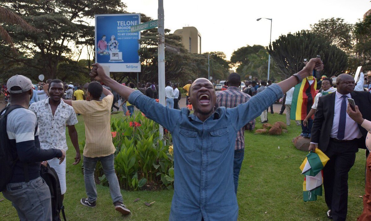 RT @elvismokoena: Picture worth a million words..    #MugabeResigns https://t.co/jkaz6zRdcL