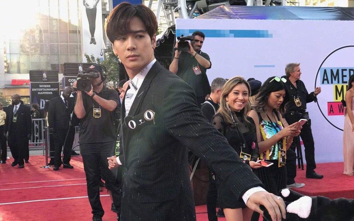 Snoop Dogg shares a viral video of #GOT7's Jackson at the AMAs https://t.co/2sePhHN8Dx