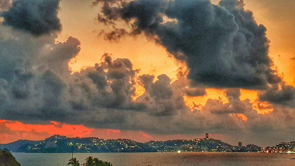 Vía @salinas_aca: Las nubes dan un toque...