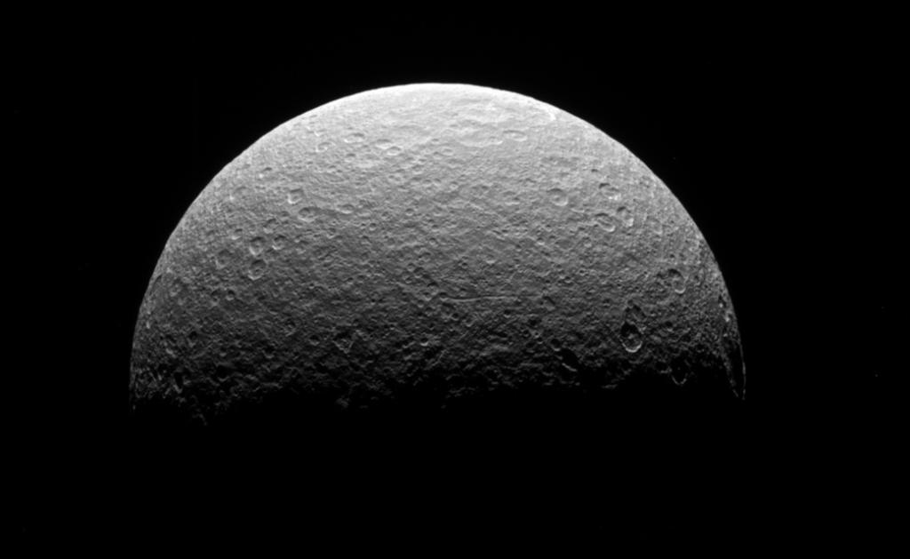 Before taking its final dive, @CassiniSaturn took one last glance at Saturn's icy moon Rhea: https://t.co/nhu4lVNHNl