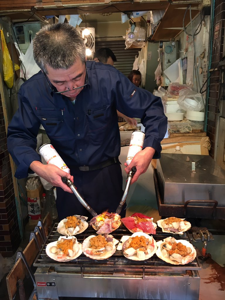 Thank you #TsukijiMarket! Great #streetfood and watching the #masters at work just an #absolute amazing experience! Now hug the man! #travel <br>http://pic.twitter.com/Gj4VApPInS