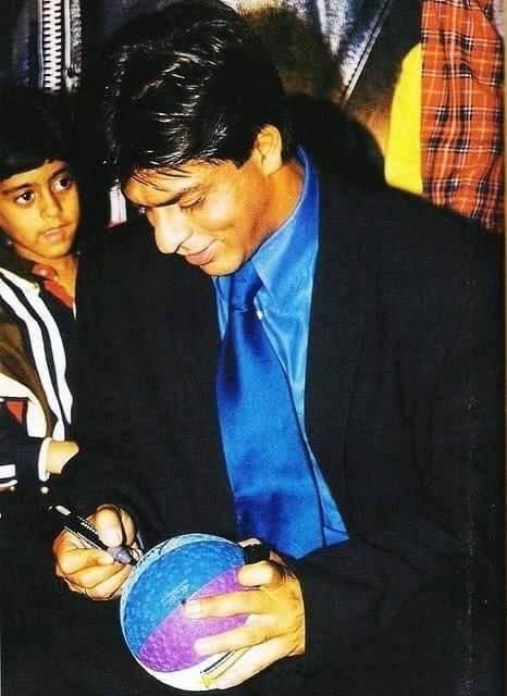 #Flashback : SRK AT BAADSHAH  PREMIERE IN 1999 <br>http://pic.twitter.com/J5mnYskXkp