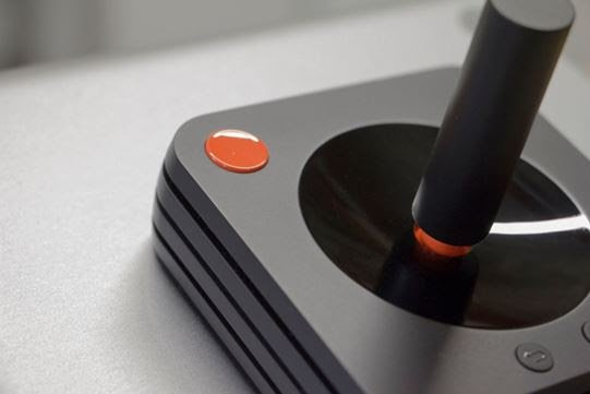 Atari a présenté les visuels de l'un des périphériques de l'Ataribox : la manette de jeu redesignée, fonctionnant tant en Bluetooth qu'en connexion USB, équipée d'une série de voyants LED augmentant la sensation de dynamisme et d'intensité du jeu. https://t.co/spOeHVh0Rj