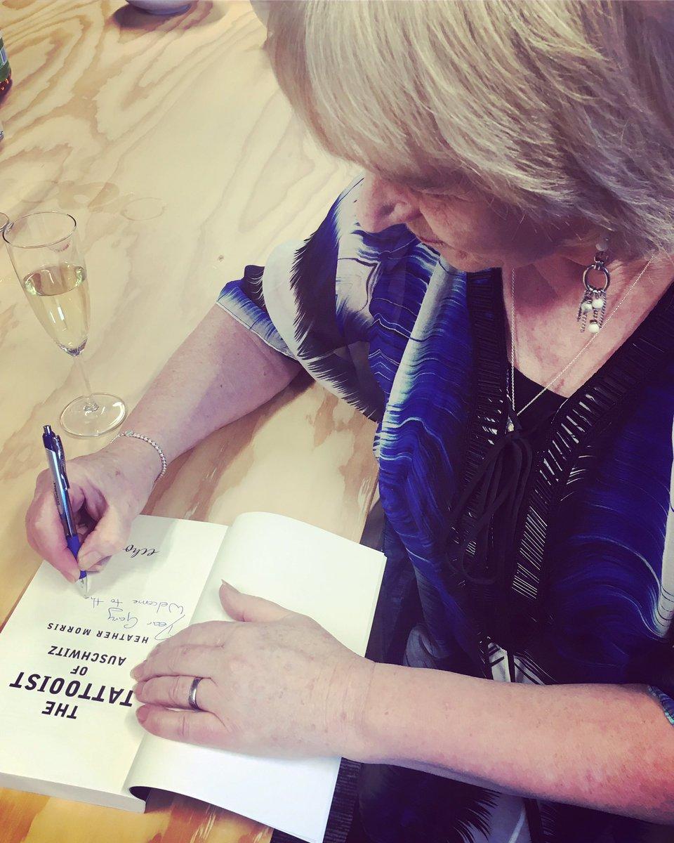 Autorka Heather Morrisová podpísala prvý výtlačok knihy Tatér z Osvienčimu pre Garyho Sokolova, syna Ludwiga and Gity Sokolovcov, ktorí prežili hrôzy koncentračného tábora.