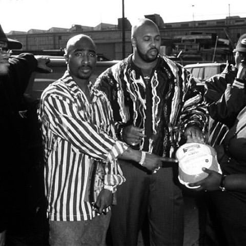 This day in music history; 1995, Rappers #TupacShakur and #ThaDoggPound get into the #Thanksgiving spirit by giving out 2,000 #turkeys in #LosAngeles.<br>http://pic.twitter.com/Au52ljLdXG