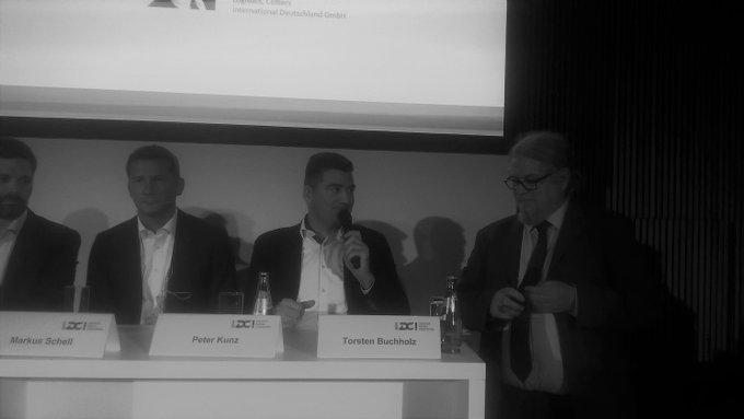 """Spannende Diskussion zum Thema """"Smart City Logistics"""". Peter Kunz, Head of Industrial & Logistics Germany, sprach über die #Mobilitaet in Zeiten von #Digitalisierung und Energiewende @Hypermotionfair t.co/vF6hjKZmHe"""