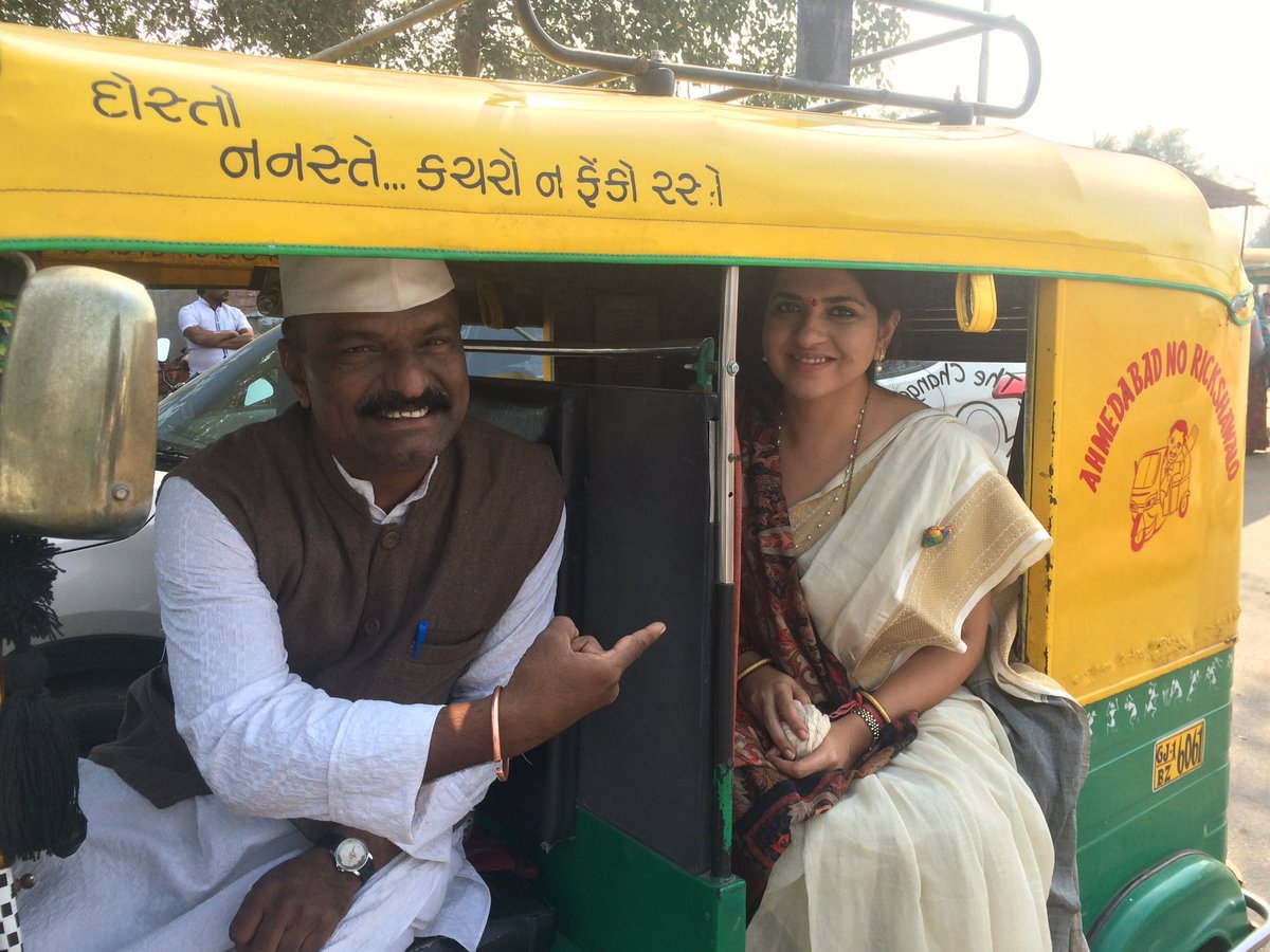 Whilst campaigning in Sabarmati with our #Mla Arvind ji bumped into this&quot;Good Samaritan&quot; rickshaw driver Uday bhai who is a social activist <br>http://pic.twitter.com/sqSJiIVxNg