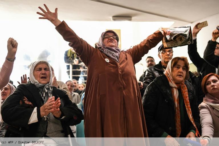 Perpétuité pour Mladic: à Srebrenica, les applaudissements et larmes des femmes https://t.co/PiV12Sl30i
