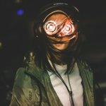 Fotograful @Rukes se cofruntă cu condiții aproape imposibile de lumină în timpul festivalurilor. Așa  își creează propriile imagini iconice.
