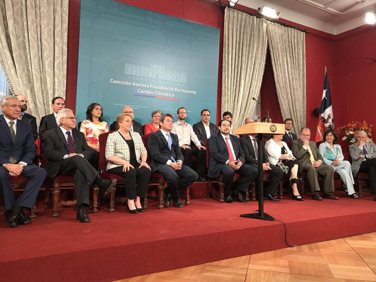 Ahora: Presidenta @mbachelet firma decreto supremo que crea Comisión Asesora Presidencial Permanente de Cambio Climático.