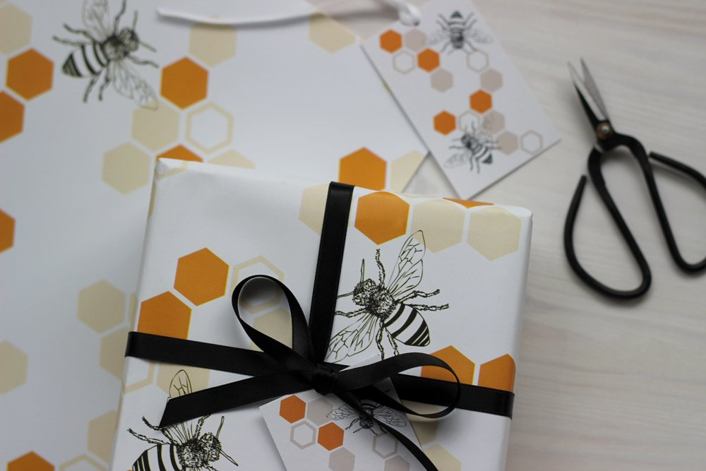 Fancy having your items gift wrapped in my honey bee paper? Simply select the option at checkout! I can also send directly to your recipient with a personalised message  http:// ow.ly/Zax430gL3V8  &nbsp;   #HandmadeHour <br>http://pic.twitter.com/W968lPwCbr