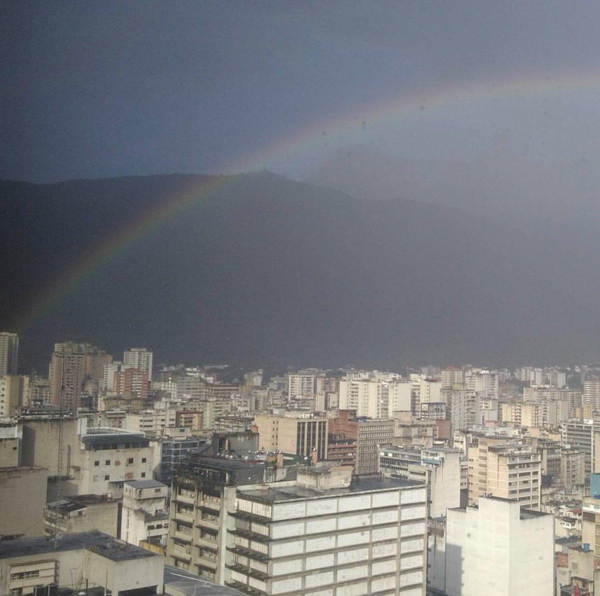 Caracas, siempre tú. Sorprendiéndonos en medio de tantos. Entre tus calles y tu majestuoso cerro El Ávila. 🇻🇪❤️ https://t.co/p9cNtppvC7
