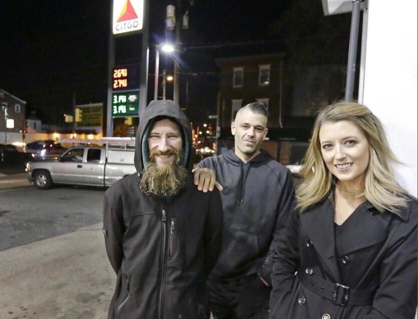 夜黑风高的费城州际路上女孩K的车汽油耗尽抛锚,她步行去找加油站,途中遇到每天举牌  ...