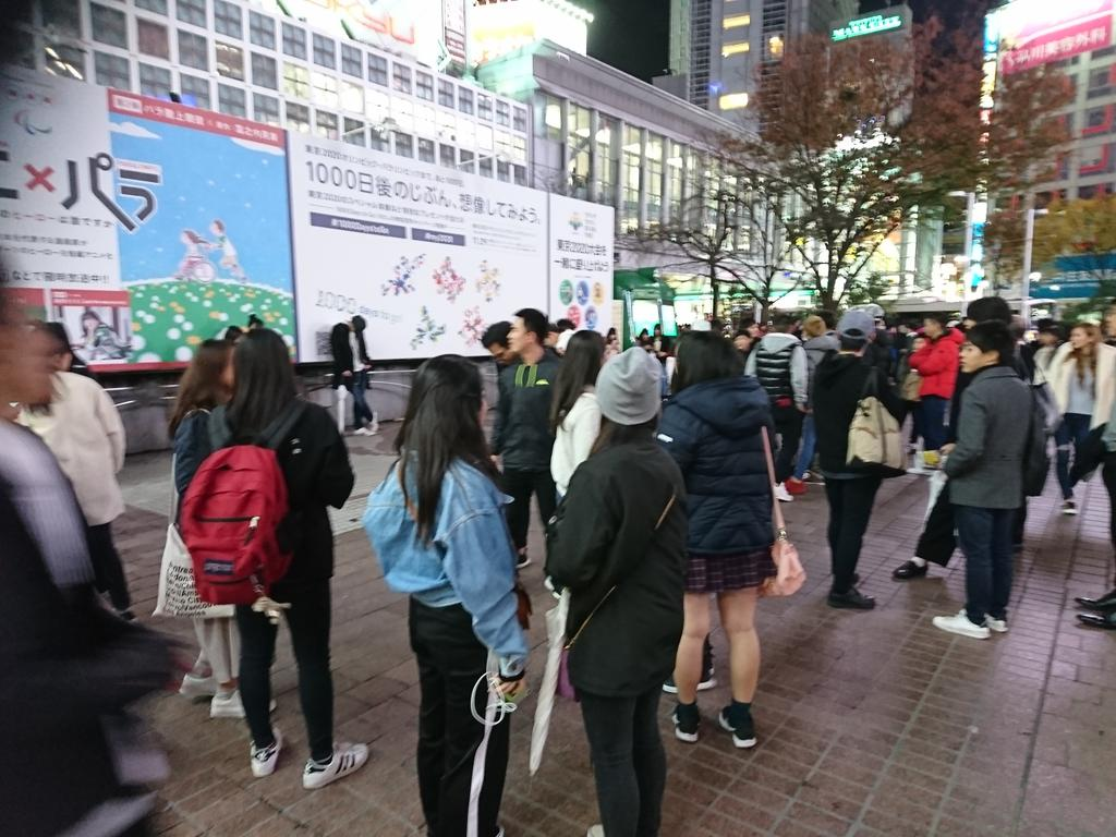 フリーおっぽい こちらが只今の渋谷駅前 フリーおっぱい(フリーハグのおっぱい 揉む版)に群がる男達とそれを冷たい目で見る女達の様子です。pic.twitter.com/UNQVC8299C