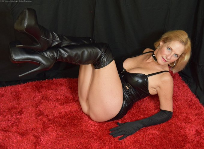 Happy #Thanksgiving to my gorgeous #US followers. Enjoy a relaxing family day together #UK #milf #PVC