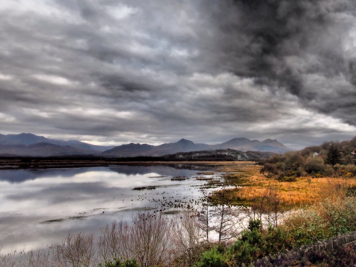 Moody mirrored clouds #Wales #earthcapture #Porthmadog @ItsYourWales @visitwales @ruthwignall @AP_Magazine @VisitBritain<br>http://pic.twitter.com/opNVawyMBr