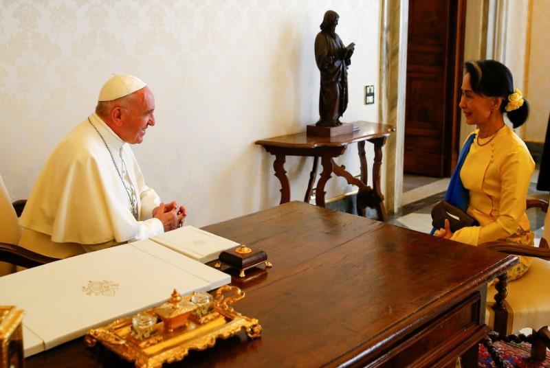 Pope faces diplomatic dilemma in Myanmar visit https://t.co/zu4AWxzMl9 https://t.co/MApRIsxFkn