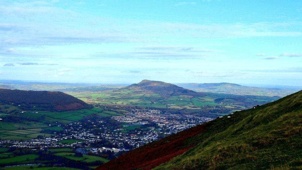 Fantastic photos taken from the Blorenge, captured by @YetiBJ. #Abergavenny #Wales <br>http://pic.twitter.com/lu3XiatF5j