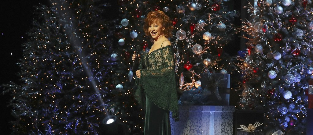 Reba Mcentire Christmas Guest.Cma Country Music On Twitter Cmachristmas Host Reba