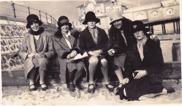 Cloches on the beach. Unsure of this location but thought it might be Bournemouth with the curved stone wall @SeasideFerry #SeaSide #detective #1920s #cloche<br>http://pic.twitter.com/pNfv3x3eko