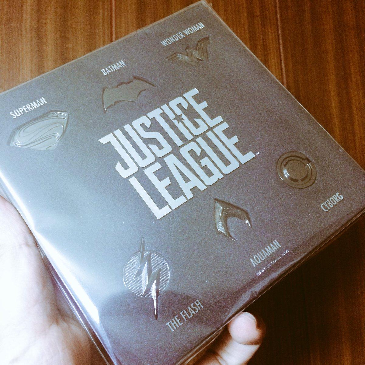 ふだんあまりグッズとか買わないのですが、ピンバッジセットにテンションがあがり買わせていただきましたー!٩(。•ω•。)و #スーパーマン #ジャスティスリーグ