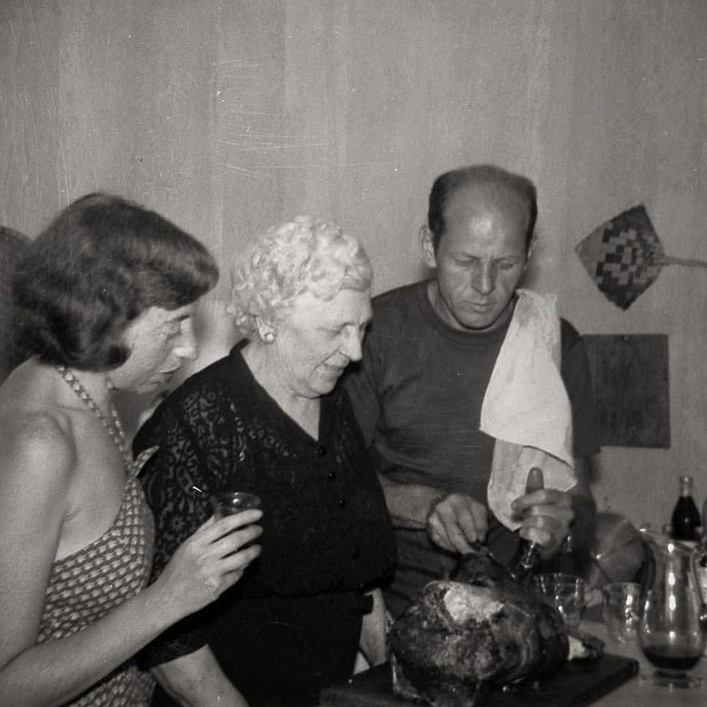 #LeeKrasner &amp; #JacksonPollock carving a turkey with Pollock&#39;s mother, Stella #HappyThanksgiving #regram @archivesamerart<br>http://pic.twitter.com/ymPxEKPawO