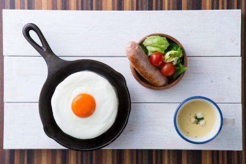 【爆誕】目玉焼きにしか見えないパンケーキ、「メダマヤーキ」が販売中 https://t.co/3c1ETXfcbN  白身に見立てた「ミルクソース」と「卵黄ソース」が合わさる、絶品パンケーキ。静岡県「TAMAGOYA」にて。