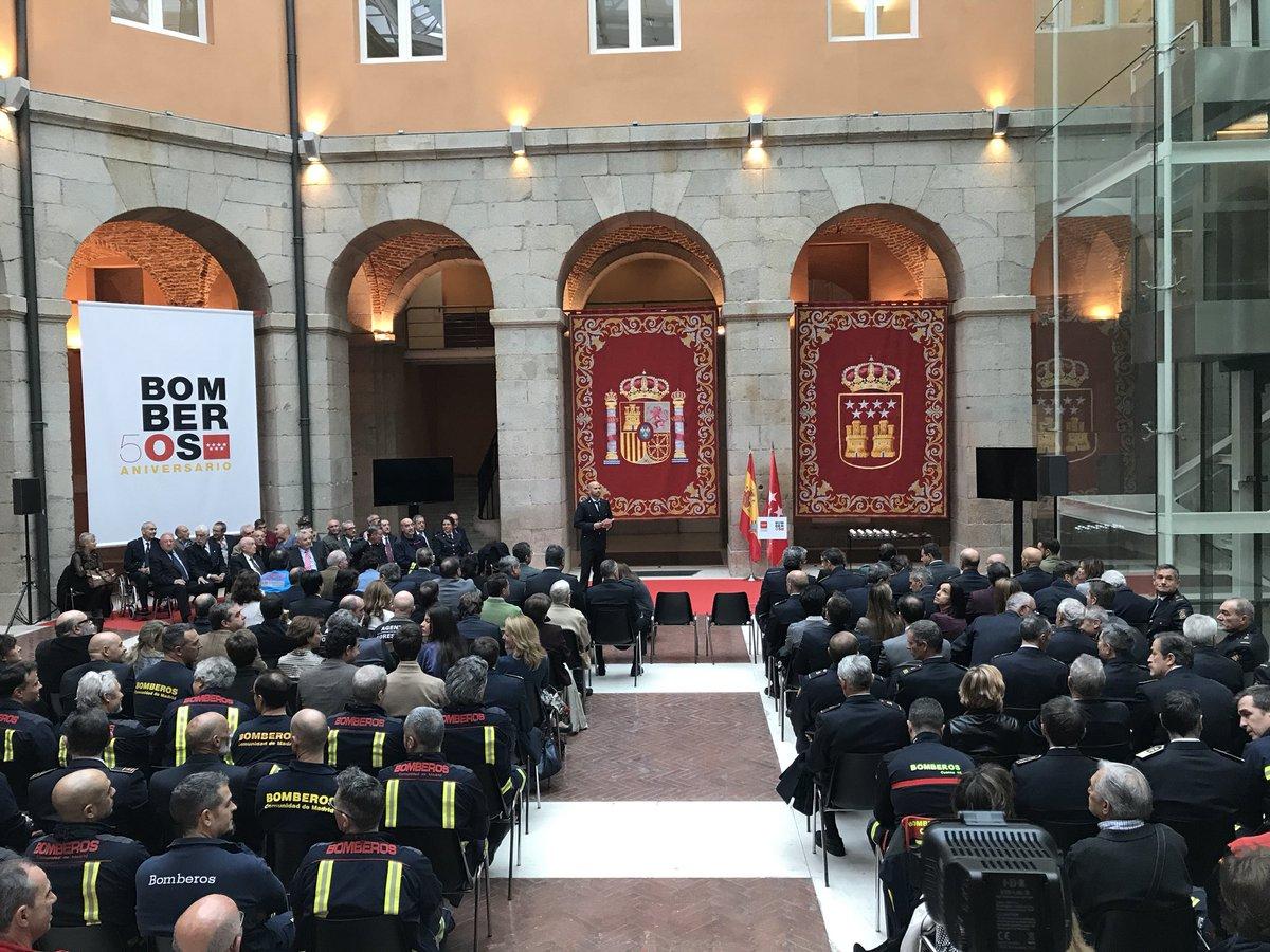 Comenzamos con el acto para celebrar los #50añosBomberosCM en la Puerta del Sol #BomberosCM @ComunidadMadrid https://t.co/BBYi1rIUGe