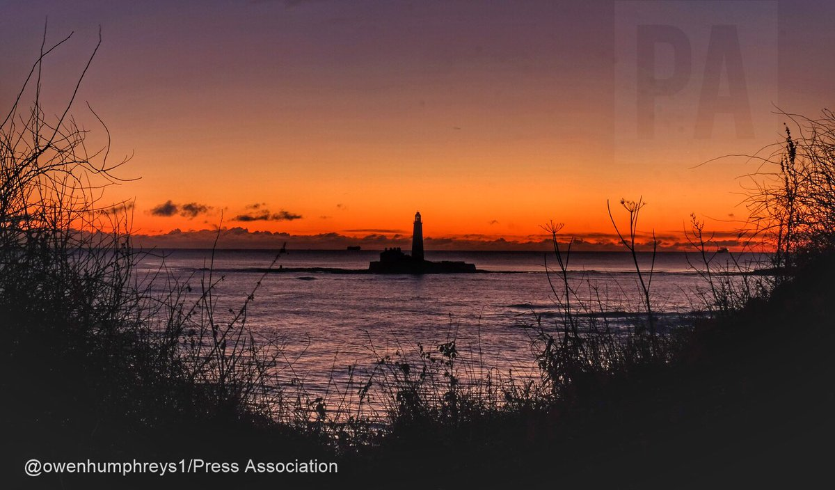 Stunning start here on the North East coast #WhitleyBay but hovering at 0c so pretty cold @StormHour #weather @WeatherNation @BBCEarth @EarthandClouds @SnapYourWorld @PA @lightphotosnet<br>http://pic.twitter.com/vzmBFqEFNM