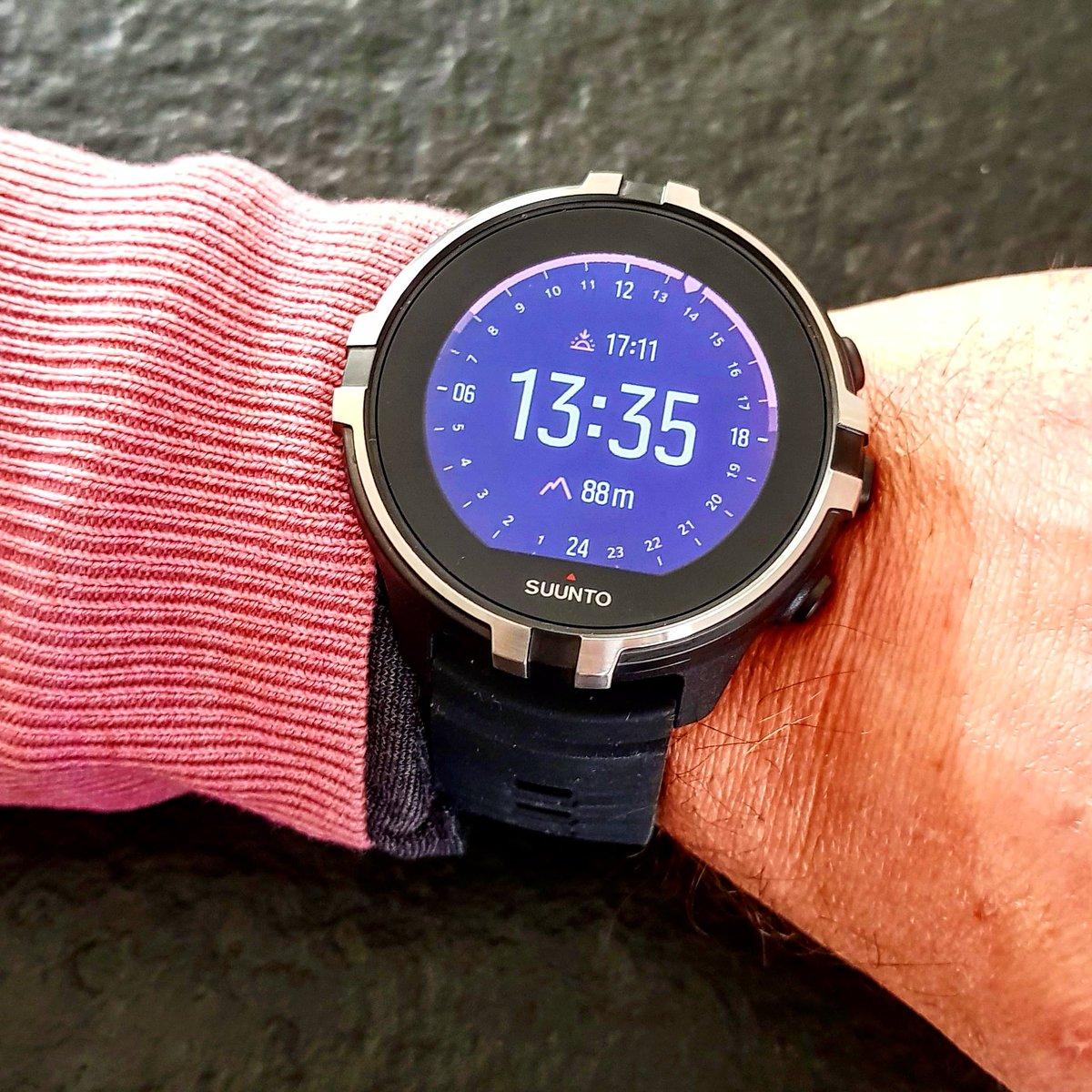 Friday wear ! Du coup j'ai mis pull assorti à ma montre. Ou inversement :) #suunto #suuntospartan #gps #running #watchface #watch pic.twitter.com/mlISzedwnO