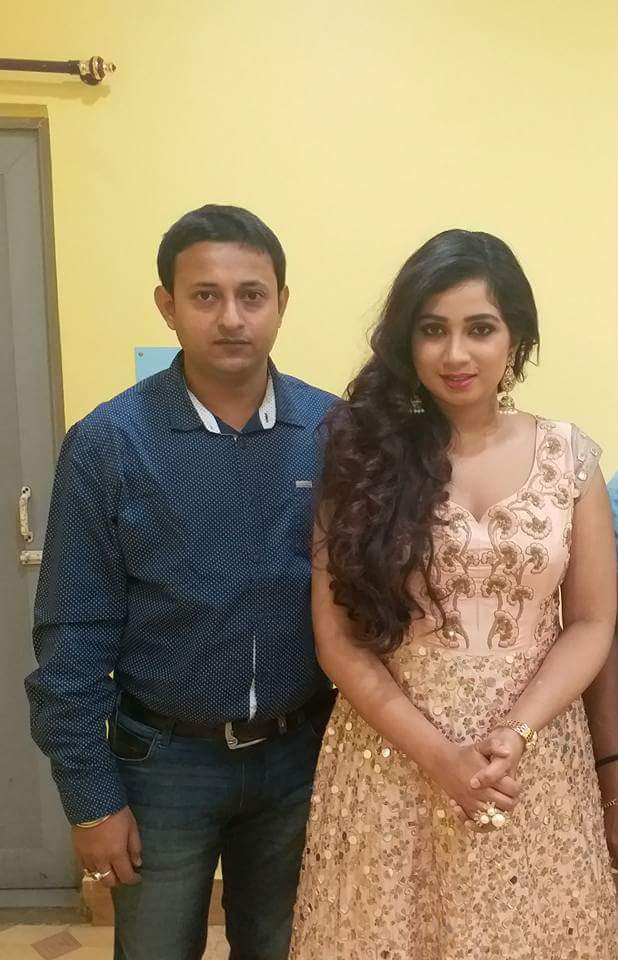 *EXCLUSIVE CLICKS* #Backstage #Moments!!!  @shreyaghoshal with some organisers in backstage at NazrulMancha tonight in Kolkata! Beautifully captured! <br>http://pic.twitter.com/Z7mE5FPYEx