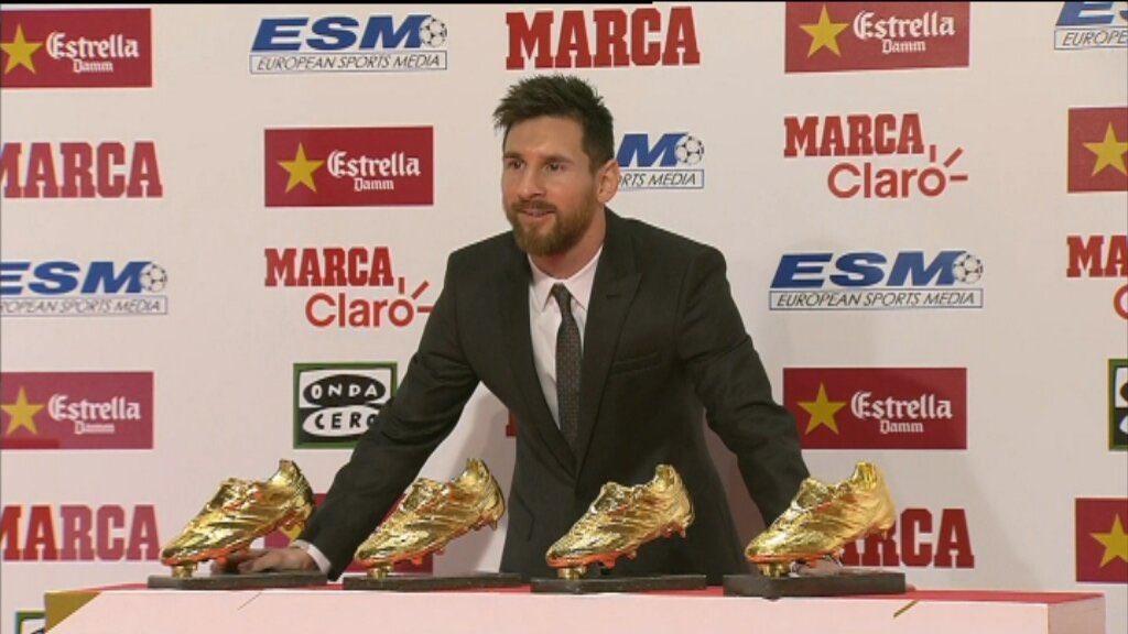 لحظة تسليم الحذاء الذهبي لميسي