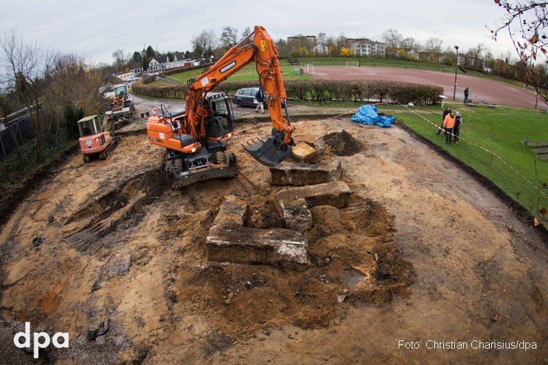 Smash Fascism: Ein Bagger zerstört das bei Bauarbeiten im Hamburger Hein-Klink-Stadion gefundene Beton-Hakenkreuz. Das Nazi-Relikt diente in der NS-Zeit als Fundament für ein großes Denkmal (dmo)
