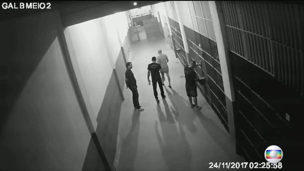 Imagens exclusivas mostram que cela onde estava Garotinho, em Benfica, não foi invadida. Lesões do ex-governador teriam sido provocadas por ele mesmo. Anthony Garotinho vai ser transferido para presídio de segurança máxima: https://t.co/JSIngQ6AGV