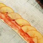 先日作ったアップルパイ。レンジでチンして柔らかくした薄切りりんごを、いちごジャムを塗ったパイシートに…