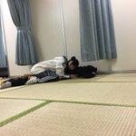小林「ね〜起きてよ〜メイクさんに呼ばれたよ〜しゅか〜」斉藤「…(熟睡)」…ぴっとり。今日の写真。 p…
