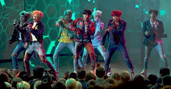 .@BTS_twt wow with 'DNA' for their live U.S. debut at the 2017 #AMAs. Watch: https://t.co/pISXLSCi0C #BTSxAMAs