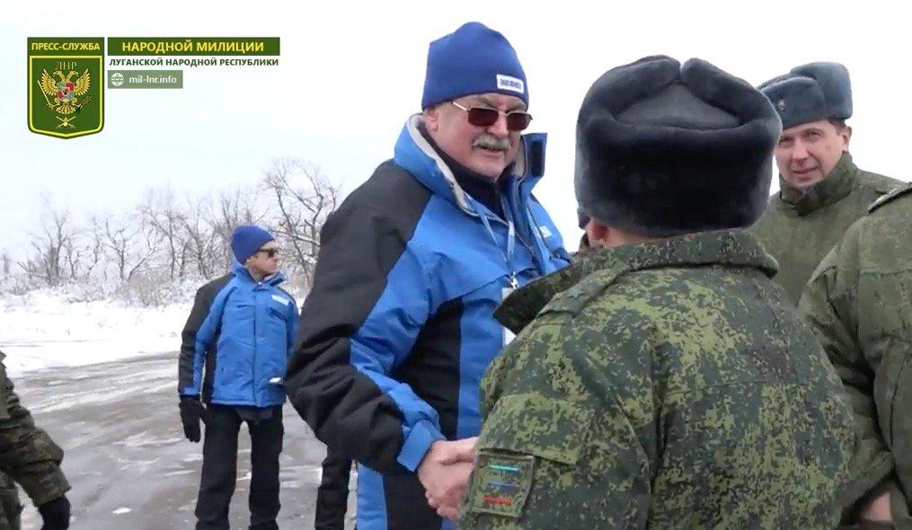 «Объятия с боевиком ЛНР» возмутили украинскую прессу