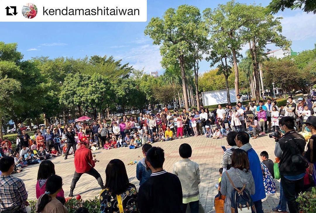 @kendamashitaiwan  Very strong and powerful photo by SYO!  Thanks you very much!! #SYO! #けん玉師 #けん玉 #juggle #juggling #circus  #小螺絲 #玉木 #劍玉 #臺灣 #臺南 #街頭藝人 #busker #busking  #screwdama #screw #yumu #yumukendama #kendama #streetart #streetartis #Taiwan #Tainan