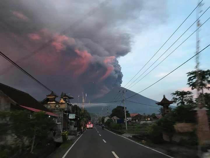 Semoga Tuhan melindungi saudara-saudara kami di Pulau Dewata. Luangkan waktu untuk berdoa sejenak ???? https://t.co/w5HPh6I5tn
