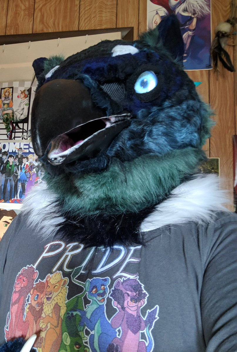 This Gryph is ready to go shopping! Hope the store doesn't have a no majestic creatures rule. #CityMuttSunday #fursuits